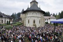 Hramul Mănăstirii Putna / Peste 5.000 de credincioşi au fost prezenţi joi la Mănăstirea Putna la sărbătoarea Adormirea Maicii Domnului şi la hramul lăcaşului de cult. Pelerinii au asistat la Sfânta Liturghie care a fost oficiată de un sobor format din câteva zeci de preoţi în fruntea căruia s-a aflat Arhiepiscopul Sucevei şi Rădăuţilor, Înalt Prea Sfinţia Sa Pimen.  (http://svnews.ro/familia-ponta-la-hramul-manastirii-putna-2/24096/)