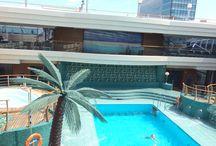 MSC Splendida / Op 1 juli 2015 mocht ik een bezoek brengen aan de MSC Spelndida. Het grootste cruiseschip wat ooit de Cruiseterminal van Amsterdam heeft bezocht. Het schip is 333 m lang en 38 m breed en 66 m hoog. Er kunnen 3900 passagiers aan boord en er zijn 1313 bemanningsleden. Het schip heeft in totaal 18 dekken een binnen en een buitenzwembad en veel faciliteiten.