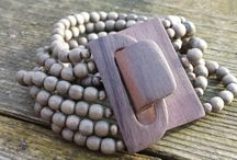Mooi-Sieraad / Mooi sieraad gaat over een collectie sieraden van verschillende materialen zoals: schelp hout, metaal, zilver en meer.