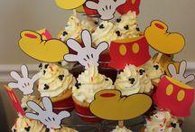 Cupcakes : ) / by Lindsay Hinshaw