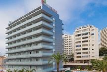 Hotel RH Royal - Benidorm / Hotel de 4 estrellas en el centro de Benidorm, cerca de la Playa Levante y a escasos minutos del casco antiguo con sus famosos bares de tapas. Es exclusivo para mayores de 16 años y ofrece la opción de tdodo incluido. Las habitaciones espaciosas y con terraza. El hotel también tiene piscina exterior, solárium, sauna y gimnasio. / by Hoteles RH