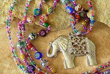 collar muy colorido con elefante