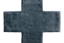 """Asplund / La compañía cuenta con una amplia colección de alfombras, muebles, accesorios y sistemas de almacenaje producidos enteramente en Suecia (a excepción de las alfombras que se fabrican artesanalmente en la India). El carácter atemporal, refinado y contemporáneo de sus productos, y un estilo mezcla de la tradición sueca junto a un marcado esencialismo japonés y algunos toques de """"charme"""" francés, aportan un diseño único y de calidad apartado de modas y tendencias."""
