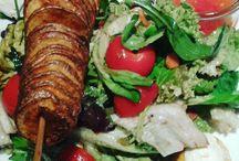 #Vegetarisch lecker: Knackiger Salat mit knuspriger Kartoffelspirale und suess sauer Dip.....