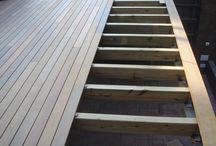 Reforma de terraza con tarima de madera natural en piscina, vallas y pérgola