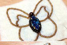 Broches de mariposas bordados con chaquiras de vidrios y swarosqui a mano