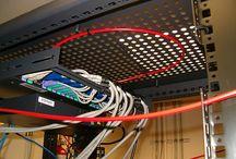 kastblussysteem / Serverkast blussysteem. 24/7 uw ICT apparatuur tegen branduitbreiding beschermen. Een automatisch blussysteem kan helaas geen brand voorkomen. Wat automatische blussystemen wel voorkomen is branduitbreiding. Dit is van groot belang. Het is al erg genoeg wanneer er een serverkast af brand, laat staan een hele computerruimte. Een automatisch blussysteem helpt dus om langdurige downtime door brand te voorkomen.