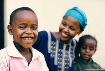 SOS-mor: Uddannet i kærlighed / SOS-moren er SOS-familiens omdrejningspunkt og den, der altid er der for barnet. SOS-moren har typisk 6-10 børn og bor i en SOS-børneby. Hun er udvalgt for sine kvaliteter som omsorgsperson og evne til at være en god rollemodel. Hun sørger for, at det enkelte barn får en god opvækst - hun giver barnet kærlighed, respekt, tryghed, opmuntring og omsorg. Hver dag. På verdensplan arbejder mere end 5000 kvinder som SOS-mødre.  Læs mere om SOS-mødre på www.sosbornebyerne.dk