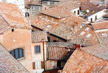I tetti delle case fanno da confine con il cielo...