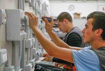 Le Qualifiche: Elettricista / Corsi di formazione professionale a qualifica triennale per giovani dai 14 ai 17 anni che vogliono imparare la professione dell'elettricista. Tutte le immagini dei laboratori e dei ragazzi al lavoro nella scuola.