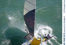 nautic-markt.ch Suche Jollen Skiffs Surfen / Als Skiff wird eine leichte Segeljolle bezeichnet, die durch einen flachen Bootsrumpf schnell ins Gleiten kommt. Skiffs sind Schwertboote, die auf raumen Kursen Geschwindigkeiten von über 60 km/h erreichen können. Der Bugspriet ist ein markantes Erkennungsmerkmal. www.skiff-jolle-vierwaldstaettersee.nautic-markt.ch