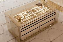 Как Вы представляете свою гардеробную комнату? / Пространство, посвященное поиску вашего стиля и индивидуальности в удобной и изысканной гардеробной. Драгоценные породы дерева в сочетании с перламутровой отделкой придают комнате особую элегантность. Аксессуары и внутренние оборудование шкафов и ниш, ящиков и полок, в сопровождении выбора своего стиля, чтобы полностью испытать жизнь и очарование модной столицы, такой как Майами.Проект в Майами от Bizzotto