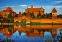 Malbork - het grootste Middeleeuws kasteel van Europa / Volgens dagblad De Telegraaf is het Poolse kasteel in Malbork een van de 10 mooiste kastelen ter wereld. Het kasteel in Malbork werd gebouwd in Pruisen door de Duitse Orde. Het in Polengelegen slot werd voorheen door de Duitsers Marienburg genoemd. Maar na de overgave van Duitsland in 1945 kwam het grondgebied na 173 jaar weer in Poolse handen en kreeg het Kasteel haar huidige naam. Malbork is 's werelds grootste bakstenen gotische kasteel.