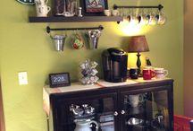 Coffee Space / Para os amantes de café e decor, para quem acha que o café é muito mais que uma bebida, assim como eu, o ato de se fazer um café é como um ato de amor, o cheirinho acalenta e anima, para nosso amado cafezinho um espaço todo especial.