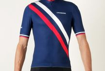 Summer Cycling Jersey Diagonal Blu / Our tribute to the great tradition of track races and to the great era of the Six Days. Trendy design, luxurious fabrics and close-fitting aero cut with longer sleeve length. Constructed from a three Italian made fabrics, featuring micro mesh side panels that provide excellent ventilation and moisture management. Arms and chest grippers help keep this jersey well fitted and in place when on the saddle.