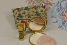 Tube de rouge à lèvre.poudrier et minaudière vintage / by Shirley Fashion