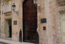 Calle Mercaderes / Recientemente restaurada por la Oficina del Historiador de la Ciudad, Mercaderes lleva siendo una de las principales calles de compras de La Habana desde el siglo XVIII. En el trazado de la calle se alternan numerosos comercios, restaurantes, museos y proyectos sociales. / by Paseos por La Habana