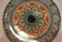 Piatto murale in ceramica dipinto a mano decoro Geo/Floris. Diametro 36cm ,150,00 € su misshobby.com