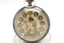 Muito invulgar peça de relojoaria, produzida por volta de 1900 / Trata-se de um relógio que mede 4.8 cm de diâmetro, e possui um raro mostrador com imagem central, de grande beleza e singularidade.