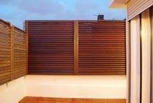 Vallas de tarima de madera natural en terraza particular