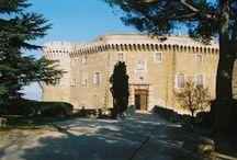 Château de Suze-la-Rousse / Forteresse médiévale au cœur d'un vignoble prestigieux, le château présente un parcours muséographique dédié à l'histoire et aux activités viticoles du territoire. Superbe garenne aux essences méditerranéennes pour une promenade dans la fraîcheur. Ouvert toute l'année.