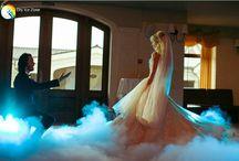 Wesele / Wesele jest dla młodej pary najważniejszym dniem życia. Po zaślubinach wesele jest momentem, które powinno się odznaczać dobrą zabawą, którą młoda para będzie pamiętała całe życie. Nieodzownym elementem każdego wesela jest odpowiednia oprawa, dekoracje oraz efekty specjalne, które można stworzyć wykorzystując do tego celu właściwości suchego lodu.