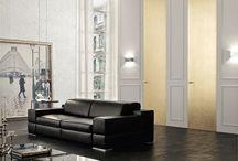 Marsica - Onzichtbare Deuren op Maat / In Italië worden de MARSICA onzichtbare deursystemen met personaliseerbare deuren op ambachtelijke wijze gemaakt. De deuren kunnen extreme afmetingen hebben als 130x340cm. De deur kan de zelfde look krijgen als de wand waardoor het onzichtbare effect ontstaat. Ook kan  de deur tot een echte eyecatcher binnen het interieur gemaakt worden door te kiezen voor  een van de vele unieke afwerkingen. De deuren kunnen links of rechts en naar binnen of naar buiten openen.