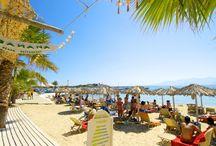 Naxos / Naxos er den største af Kykladerne, og du kommer hertil med båd fra Santorini. Øens landskab er meget varierende med høje bjerge, små byer og dybe grønne dale. Det er en frodig og smuk ø, der lever godt af sine naturrigdomme. Befolkningen er ikke afhængig af turismen, og du bliver derfor mødt som en gæst og ven. Se mere på www.apollorejser.dk/rejser/europa/graekenland/naxos