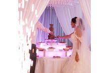 Unieke Kristal koepel. / Waan jezelf in een sprookje als je onder deze koepel zit, gevuld met tientallen kristallen.  Met een bruidsbank eronder is de bruid het middelpunt van de zaal. Maar ook prachtig bij ceremonies, het diner of aansnijden van de taart.