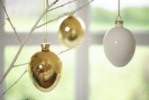 Golden Easter / Moderne Eleganz für ein edles Ostern: Klassische Osterdekorationen werden durch geradlinige Formen und mattes Weiß und Gold neu gestaltet.