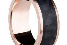 3D Carbon / Kiehtovia sormuksia, joissa hiilikuitu yhdistyy kultaan, hopeaan tai titaaniin. Kokoelmassa on myäs ainoastaan hiilikuidusta valmistettuja sormuksia. Facinating rings where carbon combines to the gold, silver or titanium. Collection includes also pure carbon rings.