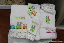 Canastillas bordadas de bordadosinfantiles / Regalos personalizados con el nombre del bebé bordado. Elige los artículos te gusten, nosotros lo personalizamos bordando el nombre del bebé y lo presentamos de forma súper bonita.