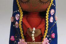 Nossa Senhora em crochê, tecido e outros
