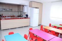 Mor Liva Anaokulu / 210 m2 çim halı kaplı bahçe ve 400 metrekarelik eğitim alanı içerisinde; 35 metrekarelik etkinlik odaları, yemek salonu, oyun salonu ve her katta lavaboları ile hizmet veren kurumumuz her şey çocuklarımızın güvenlik ve konforunu esas alarak dekore edilmiştir.