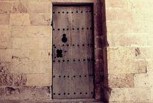 Old Doors. Eski Kapılar / Eski,Hüzünlü Kapılar. Kim bilir içerisinde ne hüzünler ne mutluluklar yaşanmış ve onlara bu kapılar ortak olmuştur. Bir evin her şeyini kapılar bilir.