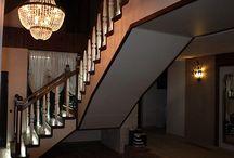 Scara interioara din lemn masiv cu trepte iluminate, balustrii masivi, drepti si cu decoratiuni / http://www.scaridinlemn.com.ro
