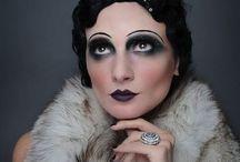 20-tallet / Makeup fra 20-tallet: På 20-tallet brukte de mye smykker, turban, hårbånd, fjær. Sminken skulle være aggressiv: sotede øyne fra vipperoten opp til brynet, og mindre på lokket. Blek hud og rosa kinn. Mørkerøde lepper i dukkeform, hjerteformet. brynene var lange, smale og påmalte.
