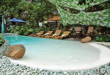 Cristal Color - Esmeralda / As esmeraldas brasileiras são a inspiração desse revestimento e orgulho nacional. Idealizado para resultar em uma água de aspecto natural, o revestimento Esmeralda é composto de agregados de destaque em quartzo verde e preto que fazem da piscina um mar de águas verde turquesa em dias ensolarados.