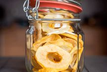 Snacks - chips   dansk tekst / Snacks  lille, som regel salt og tør madvare som man spiser for fornøjelsens skyld, ofte i forbindelse med drinks om fx chips, peanuts eller popkorn