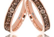 """Verighete Light / Verighetele slim au un aspect delicat, gratie benzilor mai subtiri, cu latime mica, dar foarte rafinat si elegant. In magazinele ATCOM, veti descoperi numeroase modele de inele de nunta """"light""""."""