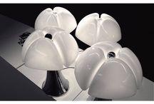 Martinelli Luce / Martinelli Luce is, zoals de naam stiekem al doet vermoeden, een prachtig verlichtingsmerk uit Italië. Het bedrijf heeft al meer dan vijftig jaar ervaring met het produceren van designlampen en dit zie je ook terug in ieder ontwerp dat Martinelli Luce op de markt brengt. De lampen zijn namelijk geïnspireerd op natuur en geometrie, waardoor je een interessante mix krijgt van natuurlijke materialen en wiskundige vormen.