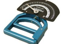 Smedley Hand Dynamometers / Smedley hand dynamometers have a different design from hydraulic and pneumatic hand dynamometers. A Smedley dynamometer makes use of a calibrated spring to provide resistance during a grip test. The force gauge is oriented in front of the hand as opposed to above the wrist.