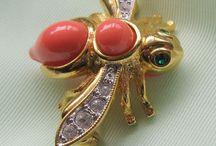 Броши от Джоан Риверс / Знаменитая американская актриса и ведущая Джоан Риверс прославилась также своими экспериментами в дизайне украшений, создав в начале 90-х годов коллекцию бижутерии: яркую, веселую и китчевую.