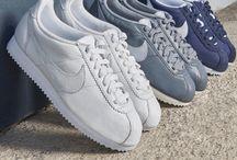 """NIKE - Classic Cortez / Sneakerklassiker auf Zeitreise: Unser Best-of NIKE für Damen. Der NIKE """"Classic Cortez"""" hat eine spezielle Dämpfung, mit der dieser Schuh ab 1972 die Sportswelt und schließlich die internationalen Straßen eroberte. Die Neuauflage ist vom Laufschuh inspiriert, den NIKE Mitbegründer Bill Bowermans ursprünglich designte. ► http://bit.ly/KONEN-Nike-Cortez"""