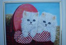 Fehér cicák piros kosárban