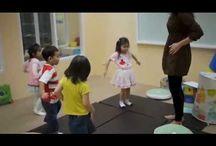 Cursuri Helen Doron English / Cursurile Helen Doron English au la bază 4 principii: ascultare repetată, încurajare, învățare în grupuri mici, învățare distractivă.