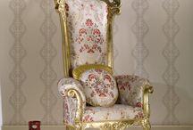 Krzesła - trony. / Jak osiągnąć królewski luksus w swoim wnętrz? Jednym z rozwiązań jest wysokie krzesło w roli tronu.