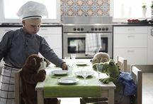 Sve za kuhanje / Neki ljudi baš imaju žicu za kuhanje. Nama ostalima treba malo pomoći. Zahvaljujući pametnom priboru, istovremeno možeš raditi dvije (ili pet) stvari. Izdržljivi pribor učinit će usvajanje novih recepata puno zabavnijim – čak i ako ti za to treba nekoliko pokušaja. Također, postoje pametni načini za spremanje i čuvanje hrane, pa će se tako manje hrane baci / by IKEA Hrvatska