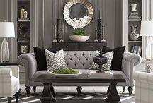 Stijlbord: klassiek interieur / Bij de klassieke interieurstijl hoort alles wat luxe en weelde ademt. Denk hierbij aan kroonluchters, banken van velours en grote plavuizen. Het straalt rust uit en er wordt gebruik gemaakt van hoogwaardige materialen. In de klassieke interieurstijl wordt qua meubelopstelling vaak gewerkt met symmetrie. Deze indeling ademt een statige rust.