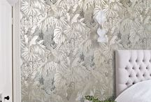 Metallic Wallpaper: TREND / Here are our favourite examples of metallic wallpaper – a huge trend in interiors this year. Metallic wallpaper accent walls for bedrooms, hallways, living rooms, bathrooms, etc. Including gold, silver, pink, grey and black metallic wallpaper.